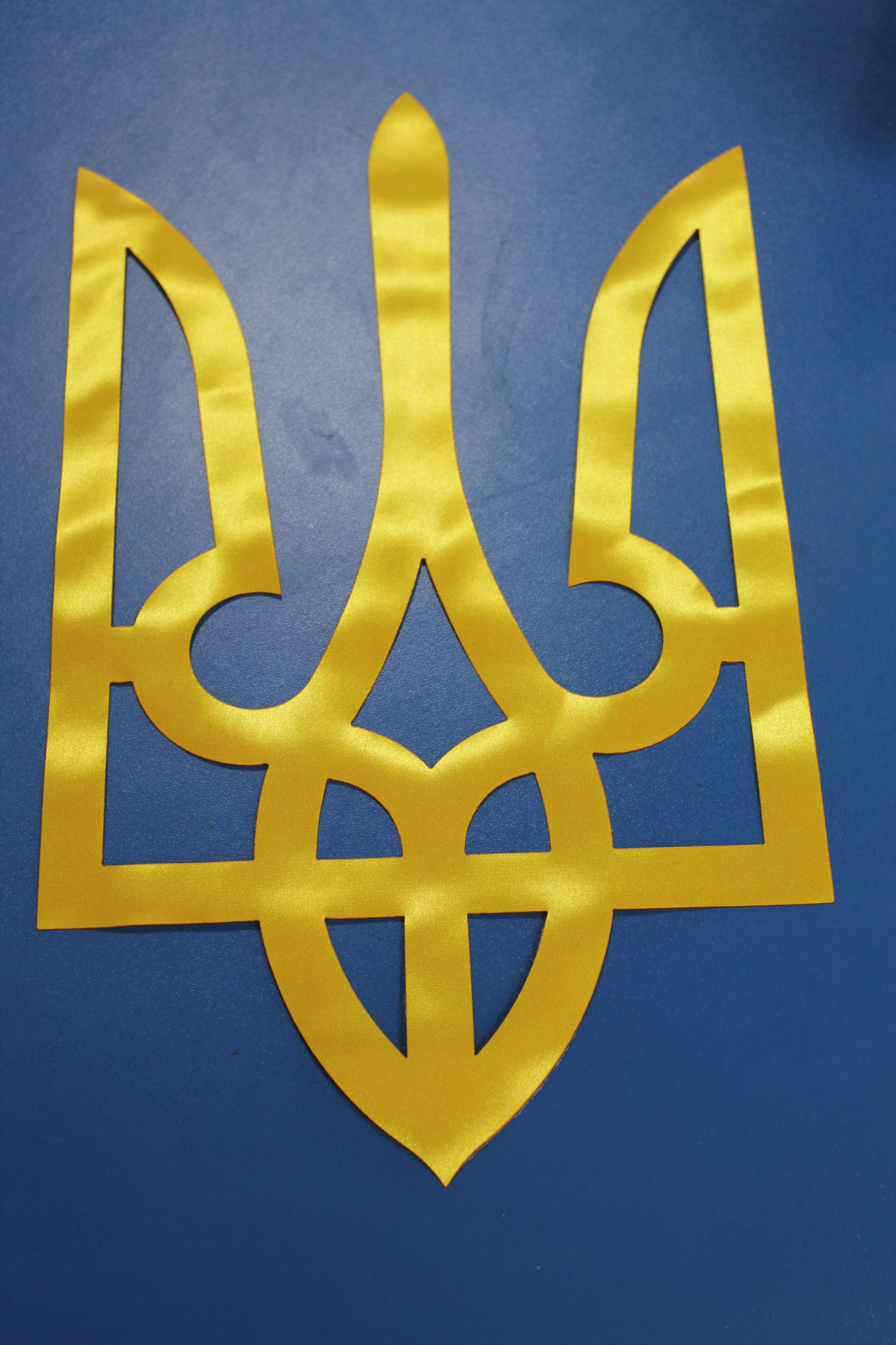 Лазерна порізка тканини. Герб України