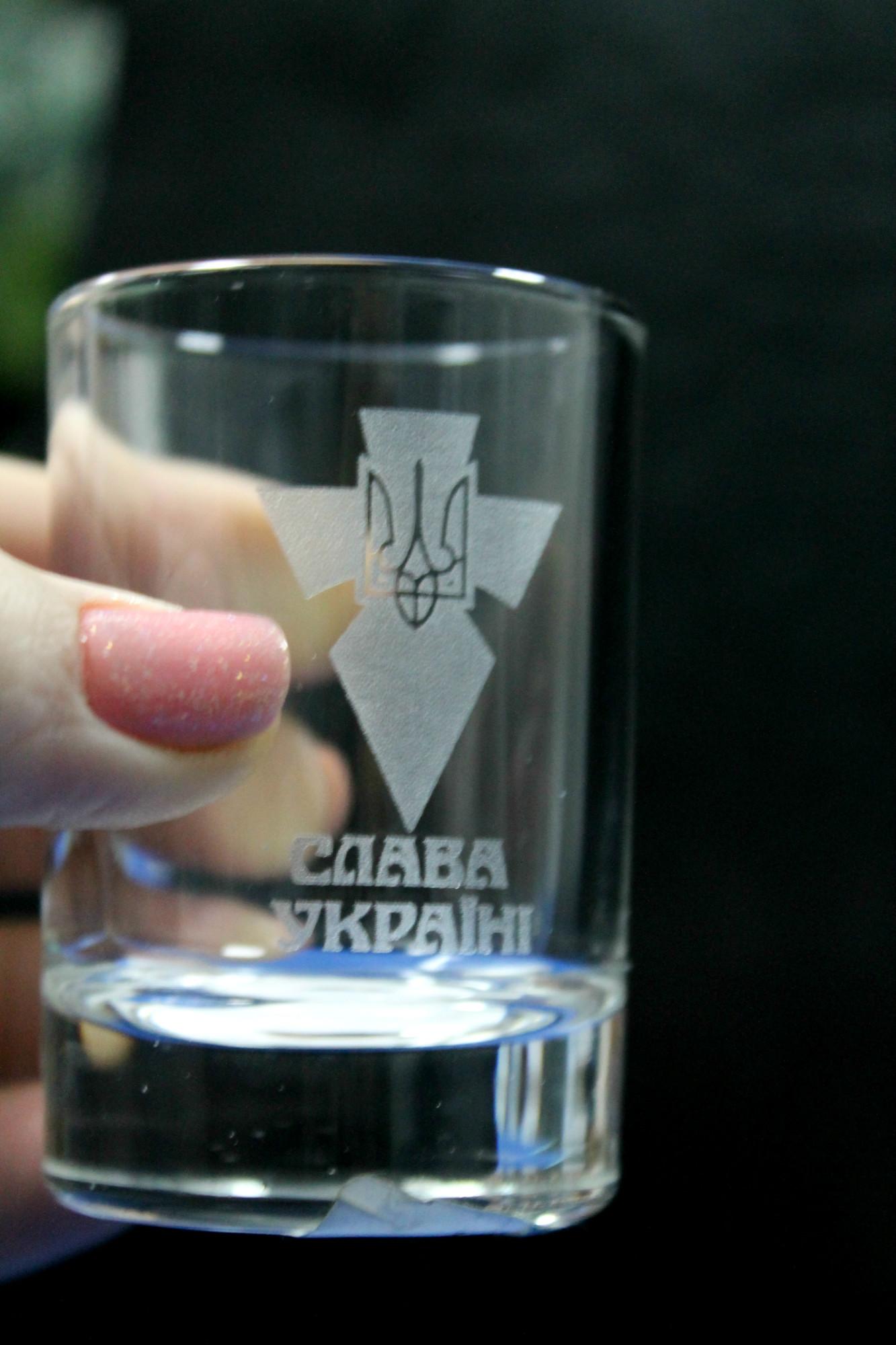 Лазерне гравіювання. Стакан з написом Слава Україні
